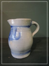 Oude brocante schenkkan blauw/grijs  (15 cm)