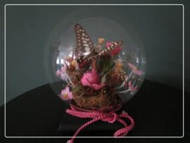Vintage glazen stolp bol met bloemen en vlinder - zwart