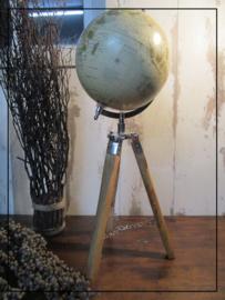 Wereldbol op driepoot van hout met ketting