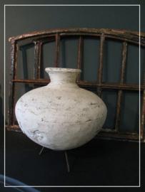 Witte metalen Nepalese waterkruik met metalen houder