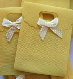 Kadotasje geel plastic met strikje