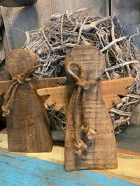 Stoere houten engel