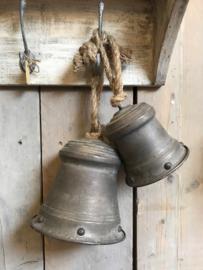 Zinken bel met motief aan grof touw (L)