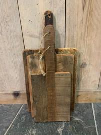 oud houten plank / borrelplank  met jute koord