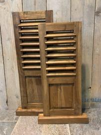 Teak  houten louvre  luik paneel op een voet