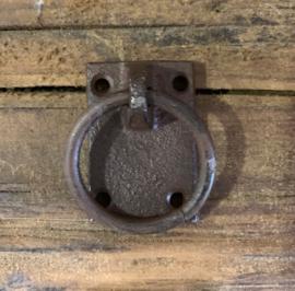 Gietijzeren ring aan schild bruin