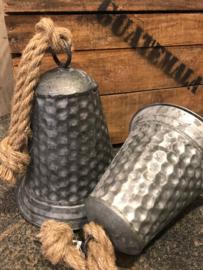 Zinken klok /bel  aan grof touw met motief  ( S )