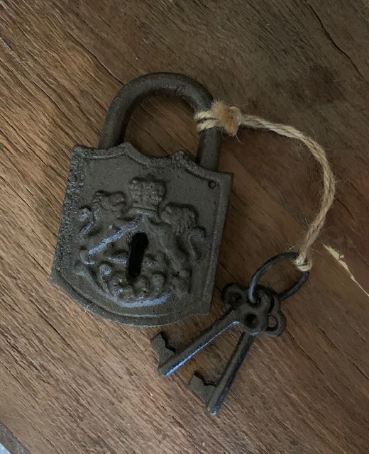 Vintage slot met sleutels