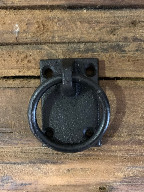 Gietijzeren ring aan schild zwart