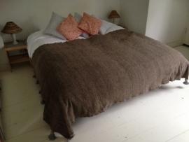 Handgeweven deken geitenwol naturelkleur met grijze pompoms 160:260