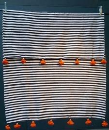 Gestreept  zw/w katoenen deken blauwe of oranje pompom 200:300