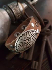 Leren armband met zilver kleurige versiering en studs