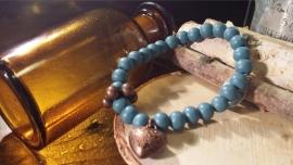 Houten kralen armband, Petrol blauw met koperkleurige bedel en tussenkraal