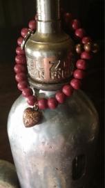 Houten kralen armband, Bordeaux rood met koperkleurige bedel en tussenkraal
