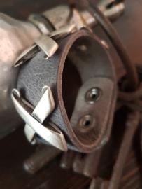 Grijs leren armband met Zilver kleurige metalen accenten