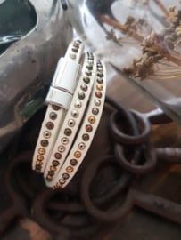 Witte wikkelarmband met enkele rij studs en magneetsluitng