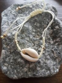 Verstelbaar armbandje off white met schelp