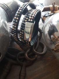 Zwart Leren wikkelarmband met dubbele rij studs en magneetsluiting.