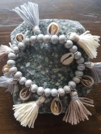 Ibiza armband grijs met kwastjes en schelpen
