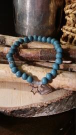 Houten kralen armband, Petrol blauw met facetkralen en bedels