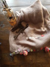 Sjaal met knopen en pompoentjes