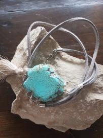Verstelbare wikkelarmband suède grijs met natuursteen en kwastje