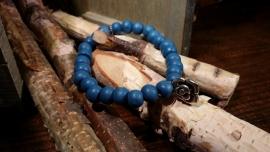 Houten kralen armband, blauw met bedel