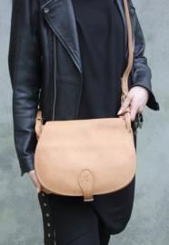 Valerie sadde bag in 'Cognac'