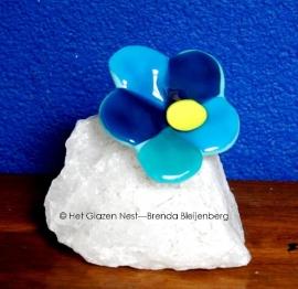 Blauw/aqua bloem op een stuk bergkristal