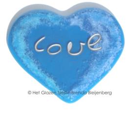 """speels blauw hart met de tekst """"love"""""""