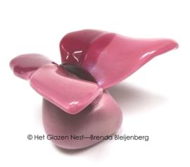 Roze vlinder op roze knuffelsteentje