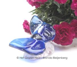 kobaltblauwe vlinder op casting glassteen