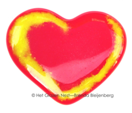 Klein rood hart met gele slingers