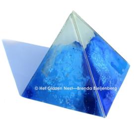 Blauwe piramide van glaskunst