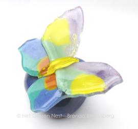 Vlindertje in zachte kleuren op paars mini urntje