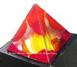 Piramide met rood, geel en oranje