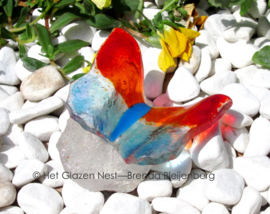 rood en oranje vlinder op casting glassteen