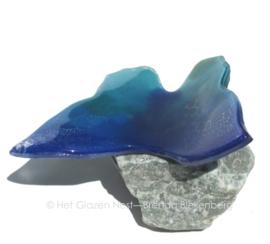vlinder in zeeblauwe kleuren op groene aventurijn