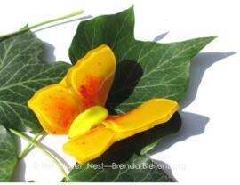 Geel vlindertje met lichtgeel lijf en oranje stippen