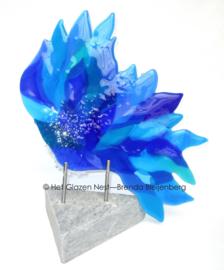 Beeld in blauw glas