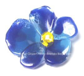Blauw viooltje in glaskunst