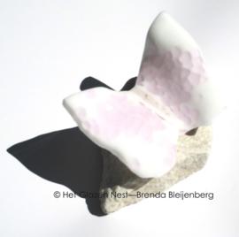 Kleine witte vlinder met roze stipjes