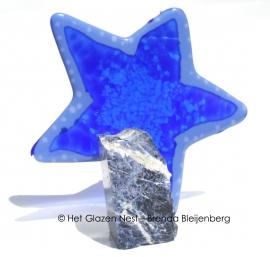blauwe ster tegen sodaliet steen