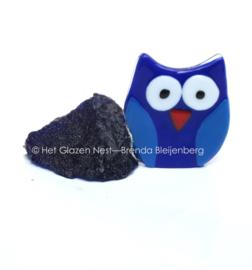 kleine uil in blauwe handgevormde steen