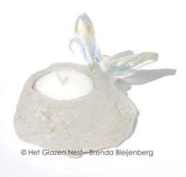 Vlindertje in zacht pastel op waxinelichtje van glas