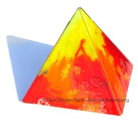 Piramide in rood glas