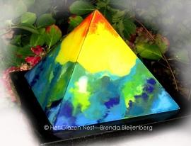 Piramide met een prachtig landschap in blauw, groen, geel en oranjerood