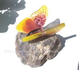 Vlindertje in roze en geel op labradoriet