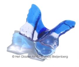 klein blauw vlindertje op blauw glasbolletje