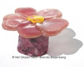 roze en lila bloemetje op lila ruw casting glas
